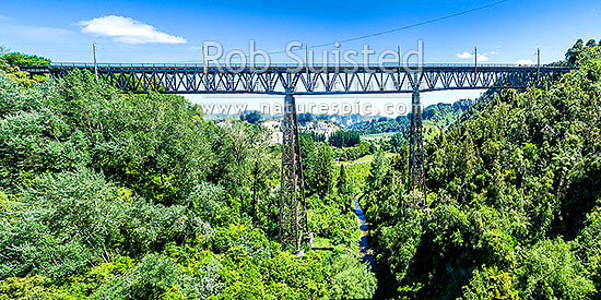 Makohine Viaduct, finished in 1902 as part of the North Island Main Trunk (NIMT) railway. 72 metres high and 228m span. Aerial view, Ohingaiti, Rangitikei District, Manawatu-Wanganui Region, New Zealand (NZ) stock photo.
